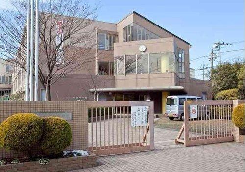 川崎市中原区立井田中学校まで1700m。すすんで学び正しい判断力と実行力のある人、心身ともに健康で明るく思いやりのある人の育成を目指す。