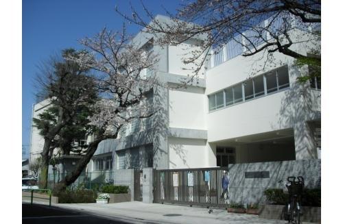 世田谷区立三宿小学校まで768m。安心して楽しく過ごせる学校をつくり、励まし合える生徒を育てるよう教職員が一丸となって取り組んでいきます。