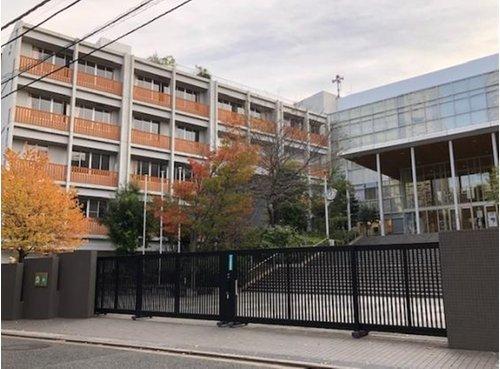 新宿区立新宿中学校まで1100m。人間尊重の精神を基に、国際的視野に立った、人間性豊かな人を育成する。