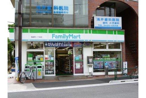 ファミリーマート桜新町一丁目店まで137m。「あなたと、コンビに、ファミリーマート」 「来るたびに楽しい発見があって、新鮮さにあふれたコンビニ」を目指してます。
