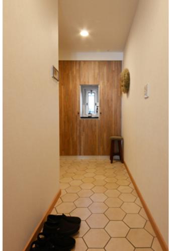 六角形のタイルで仕上げた玄関。よく見ると木目調になっています。アドヴァンの「ヘキサウッド」。