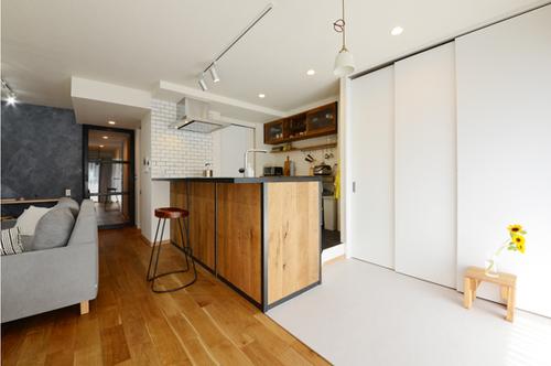 食材等は3枚連動引き戸のパントリーにすっきり収納。冷蔵庫やレンジもこの中に入れ込んでいます。