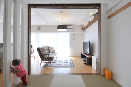 畳スペースのガラスは光を取り込むだけではなく、家族のコミュニケーションをとるためにも利用。