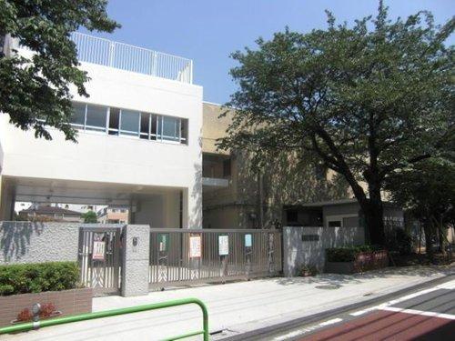 世田谷区立三宿小学校まで681m 明治41年「東京府荏原郡第二荏原尋常小学校」として創立した、歴史ある学校です。シンボルである「ヒマラヤ杉」は、創立25周年を記念して植えられたものです。