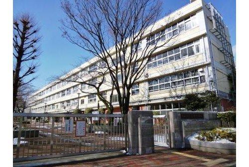 世田谷区立三宿中学校まで650m 1948年(昭和23年)4月1日、現在世田谷区立三軒茶屋小学校(三軒茶屋2-42-1)の場所にあった区立駒留中学校の教室を間借りする形で、新星中学校として開校。