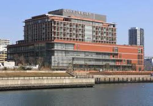 昭和大学江東豊洲病院まで1440m。昭和大学が設置している8つの附属病院の一つである。女性とこどもにやさしい病院を目指し、多職種によるチーム医療を実践している。安全・安心な医療を最優先している病院。