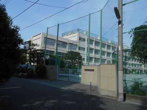 世田谷区立富士中学校まで730m。世田谷区立富士中学校(せたがやくりつふじちゅうがっこう)とは、東京都世田谷区代沢1丁目にある中学校。