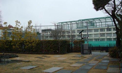 渋谷区立原宿外苑中学校まで400m。心とからだをみがき、 社会の一員としてたくましく生き抜く人を育てるを目標にした地域に根付いた小学校です。