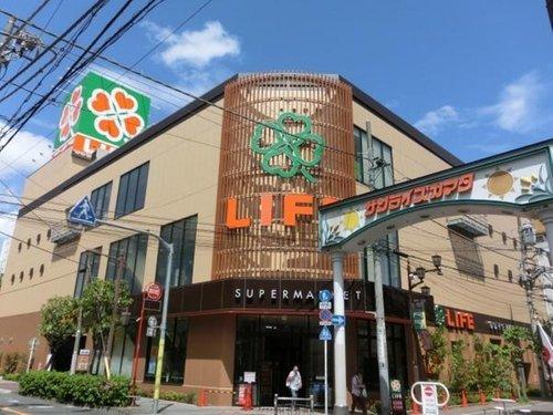 ライフ西蒲田店まで160m。株式会社ライフコーポレーションは、近畿地方・関東地方にスーパーマーケットチェーン「ライフ」の店舗を展開する企業。東京証券取引所第1部に上場している。三菱商事の持分法適用会社