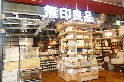 無印良品アトレ目黒店まで630m 株式会社良品計画は、無印良品やMUJIブランドの店舗・商品を展開する専門小売企業である。家具、衣料品、雑貨、食品などの販売店を国内外に出店しているほか、オンラインスト