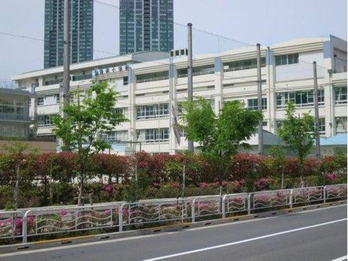 江東区立豊洲小学校まで1200m。開校70年を超える歴史ある小学校。