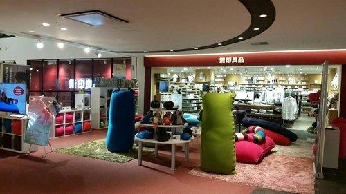 無印良品ららぽーと豊洲店まで804m 株式会社良品計画は、無印良品やMUJIブランドの店舗・商品を展開する専門小売企業である。家具、衣料品、雑貨、食品などの販売店を国内外に出店しているほか、オンライン