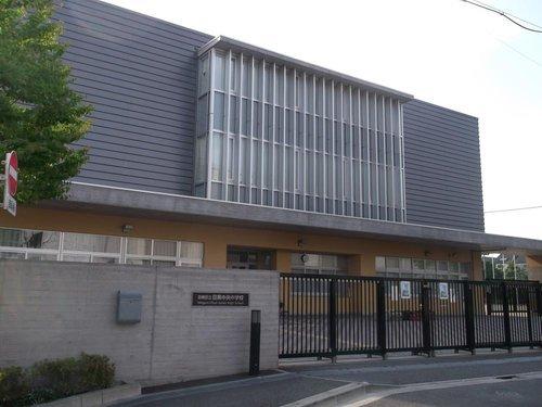 目黒区立目黒中央中学校まで2000m 2006年4月1日創立。目黒区立中学校初の統合校として平成18年に開校し、今年で14年目を迎えました。教育目標は「自立と共生」です。