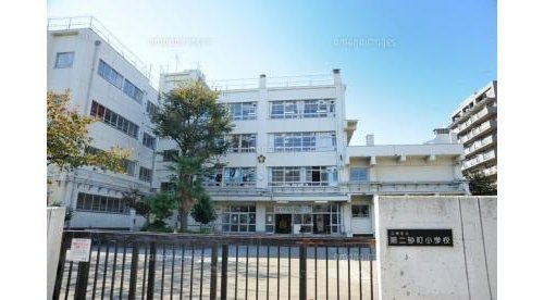 江東区立第二辰巳小学校 まで540m 1973(昭和48)年4月に開校した「江東区立第二辰巳小学校」住宅街として発展を続けた辰巳エリアに住まう世帯を対象として、建設が進められた。