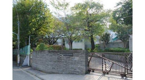 大田区立大森第四中学校まで961m 日本で初めてビッグベンの鐘を学校チャイムに採用したといわれている、大田区立大森第四中学校。昭和31年に作られた日本初の学校チャイムは現在も飾られている。