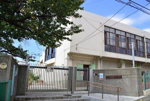 大田区立馬込第三小学校まで960m 東京都大田区北馬込に所在する区立小学校。1940年に、東京府東京市馬込第三尋常小学校として開校。1947年に、東京都大田区立馬込第三小学校に校名変更。