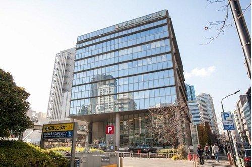 東京都済生会中央病院まで350m。日本全国に存在する済生会病院(社会福祉法人恩賜財団済生会)の中核的施設である。2015年12月に創立100周年を迎えた。