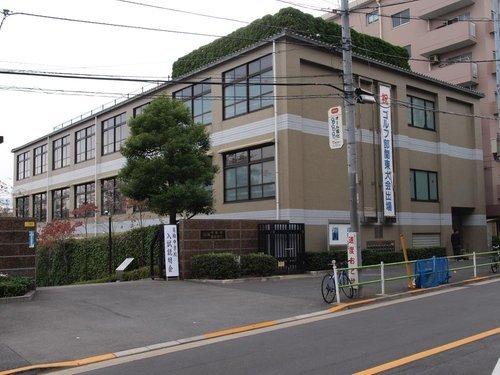 私立高輪中学校まで368m。東京都港区高輪二丁目にあり、中高一貫教育を提供する私立男子中学校・高等学校。2014年度から、高等学校の外部募集を停止した完全中高一貫校となった。