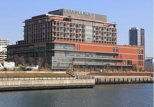 昭和大学江東豊洲病院まで1550m。1982年6月、昭和大学附属豊洲病院として開院。 2014年3月24日、豊洲5丁目に移転し「昭和大学江東豊洲病院」に改称する。