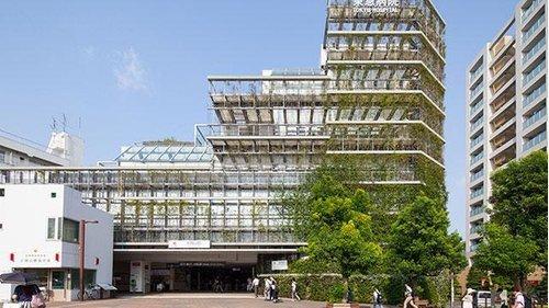 東京急行電鉄(株)東急病院まで745m。昭和28年、東急グループ社員・家族ならびに沿線にお住まいの皆さまの健康を育むため開かれた企業立病院として、大岡山駅に近接して開院いたしました。