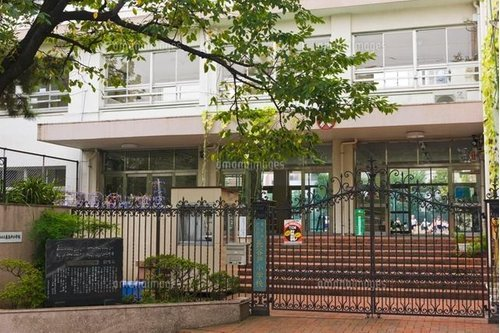 渋谷区立長谷戸小学校まで560m 本校教職員であった草川 信先生が在職中に「夕やけ こやけ」を作曲したことから、夕やけこやけの小学校として有名です。