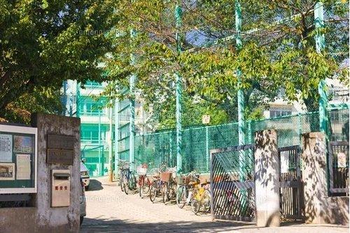 渋谷区立鉢山中学校まで720m 社会の変化に自ら対応でき、心豊かな生徒の育成をめざし、次の目標を定め達成に努める。