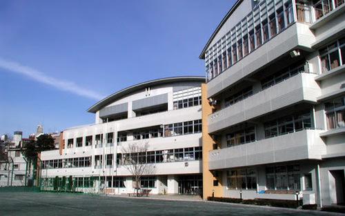 港区立六本木中学校まで750m。「夢をもち、夢の実現に向けて努力することで成長していこう」。