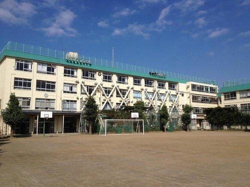 渋谷区立代々木中学校まで1040m  よく考えよう自ら学ぶ意欲や思考力、判断力、表現力を伸ばし、主体的によりよい行動を起こす実践力を育てる。