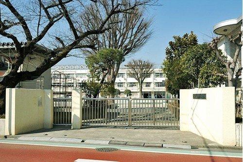 世田谷区立桜町小学校まで650m。世田谷区用賀1−5−1に所在する区立小学校。昭和27年に開校。
