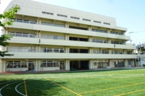 新宿区立富久小学校まで605m。生徒一人一人を大切にした心の教育の推進。