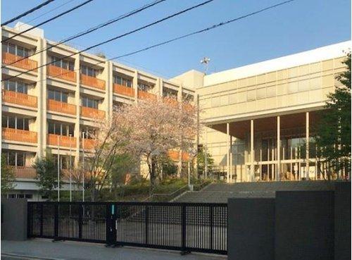 新宿区立新宿中学校で162m。人間尊重の精神を基に、国際的視野に立った、人間性豊かな人を育成する。