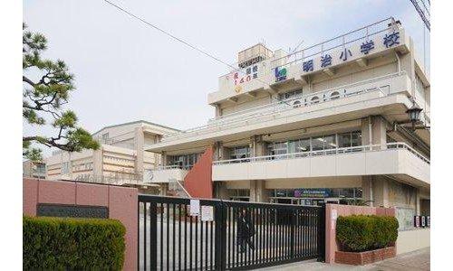 江東区立明治小学校まで150m。江東区立明治小学校は、東京都江東区深川二丁目に所在する区立小学校。