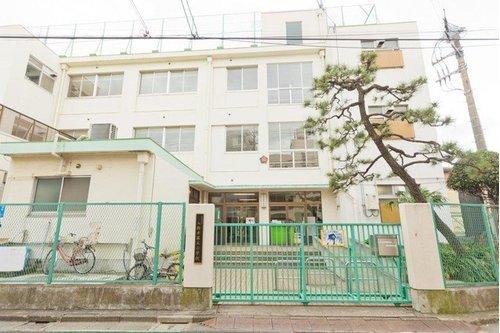 大田区立入新井第五小学校まで300m。心豊かなやさしい子、いつも明るいじょうぶな子、よく考えすすんでやる子の育成を目標にしています。