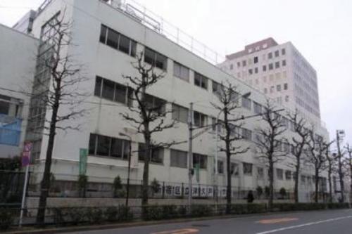 新宿区立津久戸小学校まで700m。「子供一人一人が自己の成長を実感し、自らの可能性をはぐくむ学校」を目指します。
