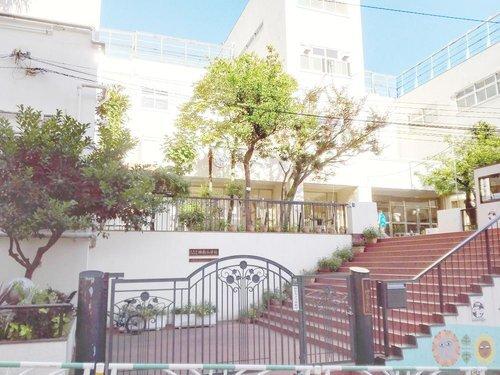 渋谷区立神南小学校まで850m ○心豊かで思いやりのある子ども ○たくましく ねばり強い子ども ○よく考え 工夫する子ども を教育目標とする。