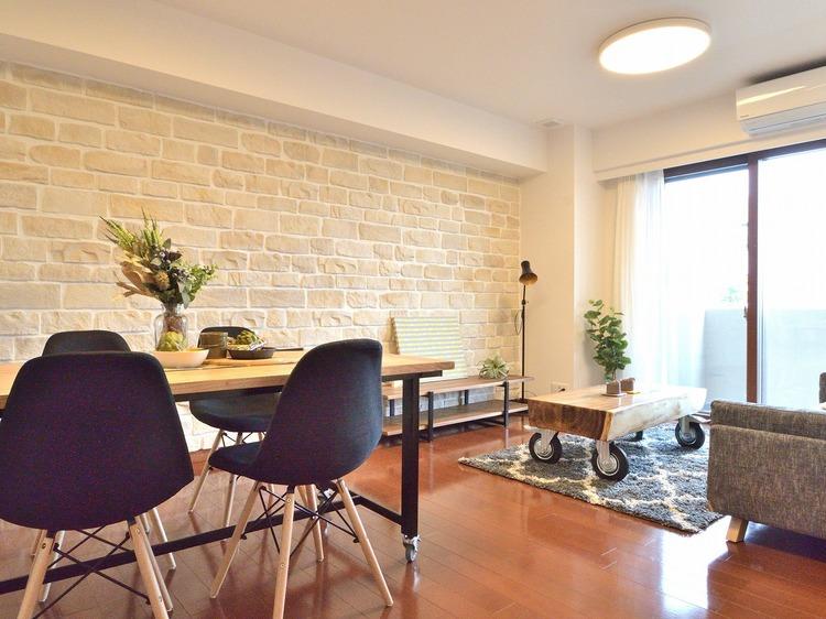 壁面にレンガのデザインを採用した暖かみのあるリビングです。無機質になりがちなクロスにアクセントが生まれ、特別感を感じられる空間になっています。
