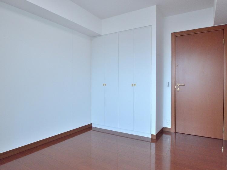 大きなクローゼットが設置された使い勝手の良いお部屋です。お洋服やシーズン外の家電などをしまえてとても便利です。