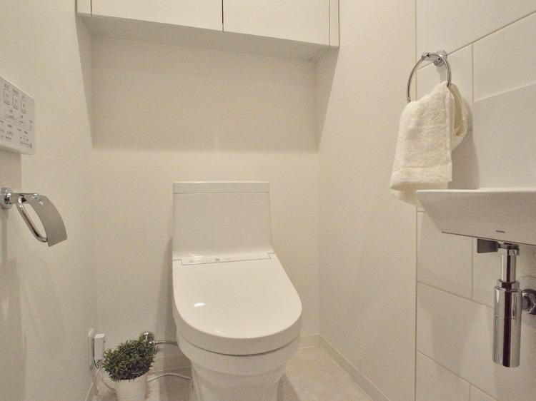 白を基調とした清潔感のあるトイレです。温水便座や手洗器がついているのも嬉しいですね。