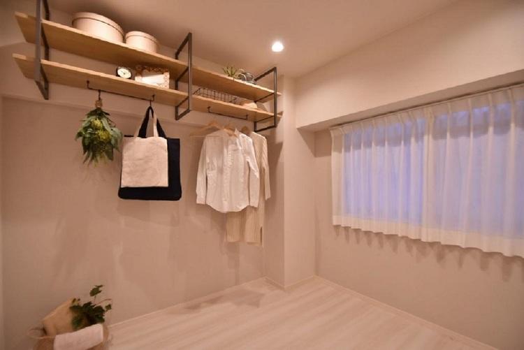 程よく光が入り、過ぎ行く時間をゆったりと感じることができる落ち着いたお部屋です。