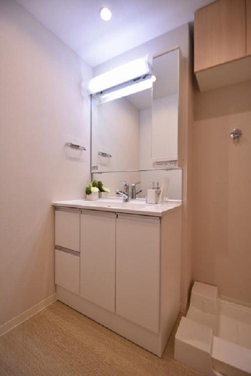 十分な大きさの洗面台は収納もさる事ながら、身だしなみチェックや歯磨きなど、朝の慌ただしい時間でもホテルライクなスペースで余裕とゆとりを感じて頂けます。
