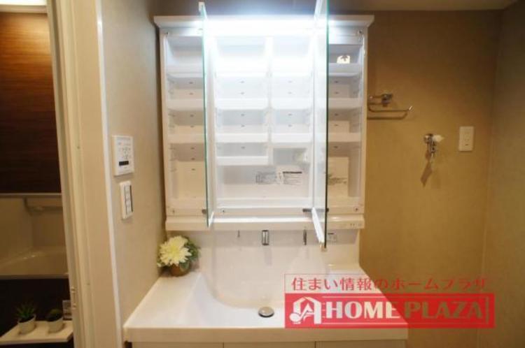 三面鏡の中も収納となっているので、洗面台をスッキリとお使い頂けます。