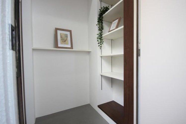 ドアを開けると、新規リフォームによって生まれ変わった空間が皆様を迎え入れます。部屋への期待感が高まりますね。