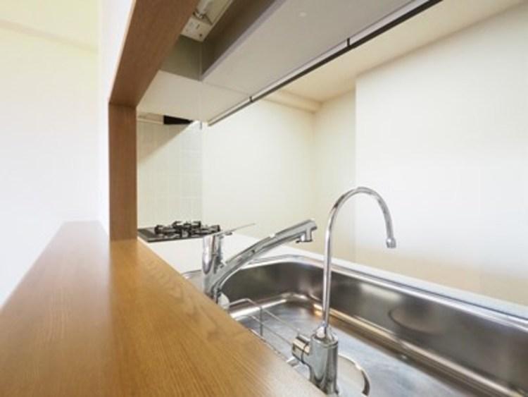 調理〜配膳まで一通りの流れをイメージし、ムダのない動線かを確かめよう。キッチンの高さや収納量も確認ポイントです。