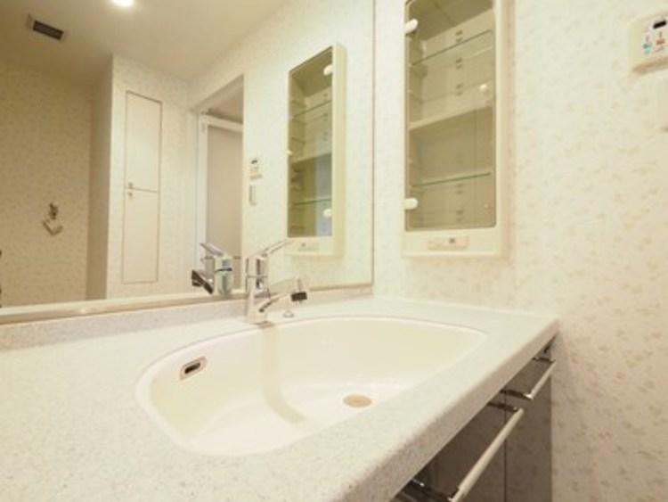 シンプルだからこそ使いやすい。スタンダードなデザインの洗面ボウルは清潔感あるオフホワイトです。