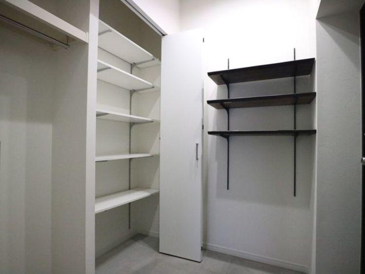 清潔感のある空間を保てるよう、可動棚を設置。スッキリ綺麗な空間に纏めます。