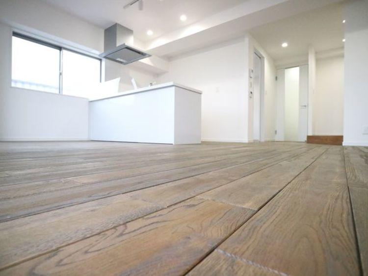床に天然無垢材を使用し、木そのものの香りや、雰囲気を楽しめる空間に。落ち着いた空間で安らぎのひとときをお過ごしいただけます。