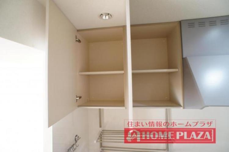 吊り棚付きで、使用頻度の低い調理器具やタッパーなどを収納できます。