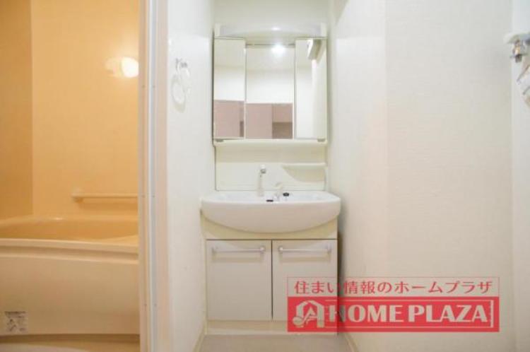 シャワー付き洗面台で、お掃除の時や忙しい朝の洗髪に便利です。