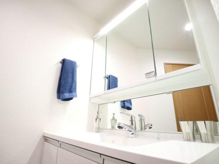 三面鏡の付いた洗面化粧台は、鏡面裏側にも機能的な収納を配置。普段使いの洗面小物やスキンケア用品などが衛生的に保管できます。