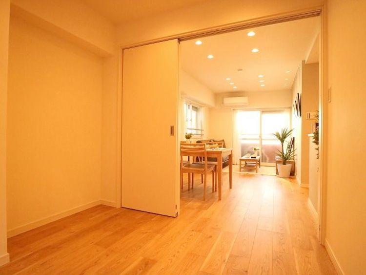 リビングと隣接の洋室は天井、フローリングと同じ色合いで揃えており、可動ドアを開くと16帖超の空間になります。家族構成の変化にも柔軟に対応するための工夫をいたしました。